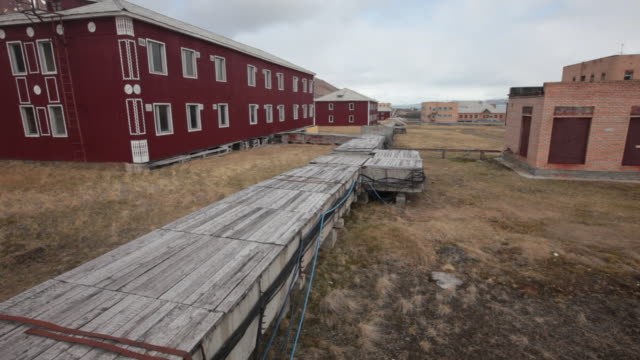 wooden platforms among beautifully decorated abandoned old houses in pyramiden, the old abandoned russian settlement on the archipelago of svalbard - 1927 stock videos & royalty-free footage