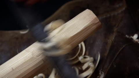 vídeos y material grabado en eventos de stock de a wooden pole is roughly shaped with a tool, producing shavings. - madera material
