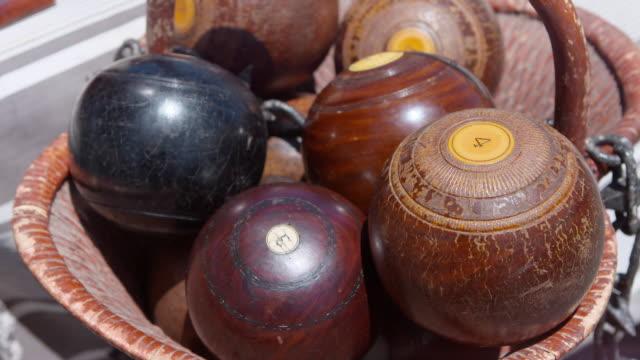 vídeos y material grabado en eventos de stock de cu wooden pool ball in basket at outdoor market for sale / los angeles, california, united states - bola de bolos