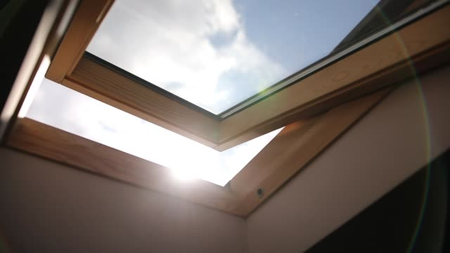 vídeos de stock e filmes b-roll de wooden skylight window - loft apartment