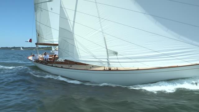 vidéos et rushes de a wooden sloop speeds through narragansett bay during the robert tiedemann memorial regatta. - équipe de voile