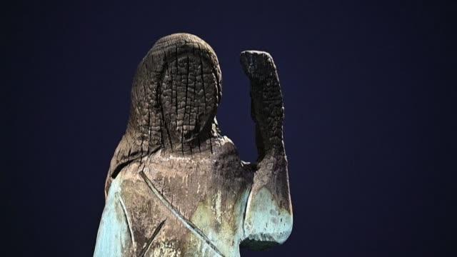 stockvideo's en b-roll-footage met wooden statue of melania trump, which was burnt down last july, is on display in an art gallery in the seaside town of koper in slovenia, the... - geboren in