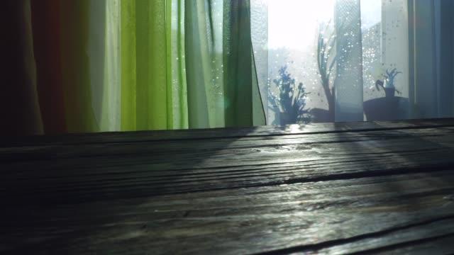Holztisch unter sonnigen Fenster