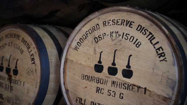 vidéos et rushes de woodford reserve bourbon whiskey is produced at the brownforman corp woodford reserve bourbon distillery in versailles kentucky us on thursday august... - versailles