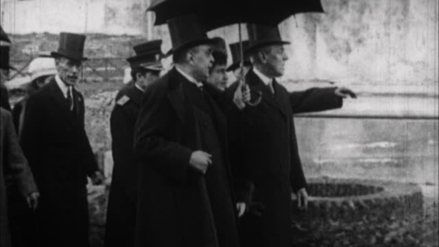 woodrow wilson walking outdoors with other men / washington d - 1913 stock-videos und b-roll-filmmaterial