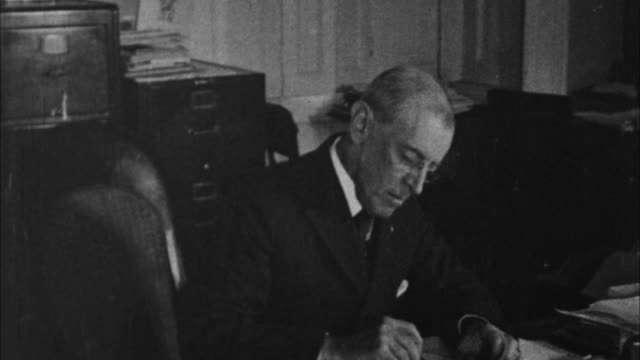 woodrow wilson working at his desk / washington d - 1913 stock-videos und b-roll-filmmaterial