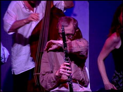 vídeos y material grabado en eventos de stock de woody allen at the performance of woody allen playing clarinet at jazz bakery in los angeles, california on august 7, 2001. - woody allen