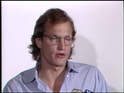 vídeos de stock, filmes e b-roll de woody harrelson at the ted danson woody harrelson oil spill press conference at paramount lot in hollywood california on april 1 1989 - ted danson