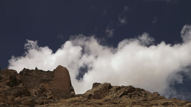 vídeos de stock e filmes b-roll de wools of white clouds moving  on himalayas sky - exposto ao ar
