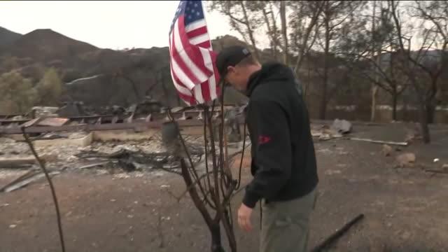ktla woolsey fire devastation in thousand oaks - woolsey feuer stock-videos und b-roll-filmmaterial