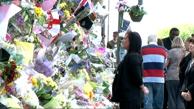 drummer lee rigby murder family leave tributes at scene members of family looking at floral tributes then returning to cars / crowds watching and... - 仮設追悼施設点の映像素材/bロール