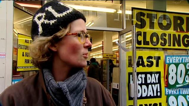 vídeos de stock, filmes e b-roll de woolworths stores close down / shoppers grab last minute bargains vox pops - woolworths