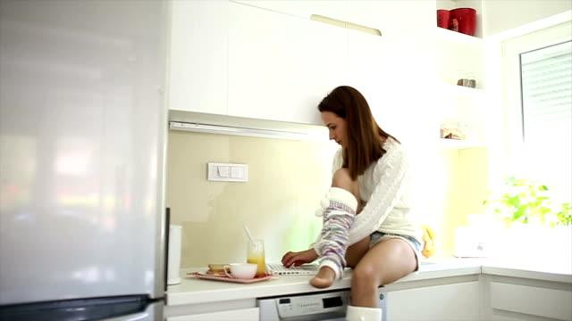 vídeos de stock, filmes e b-roll de trabalho e café da manhã - sala de café da manhã