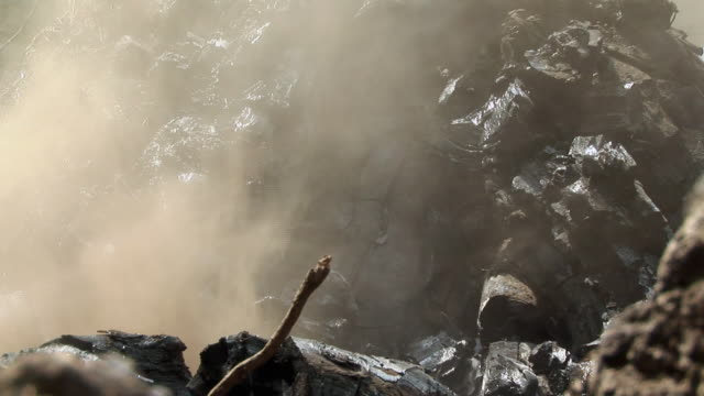 vidéos et rushes de cu work at charcoal, goma, congo - charbon