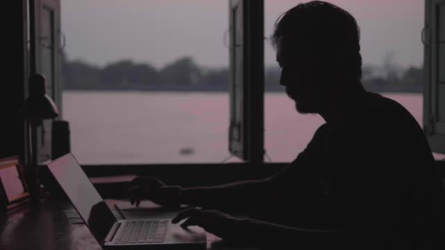 arbeiten abends zu hause - schreibtisch stock-videos und b-roll-filmmaterial