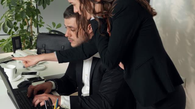 stockvideo's en b-roll-footage met werkdag op het kantoor - tegenspoed