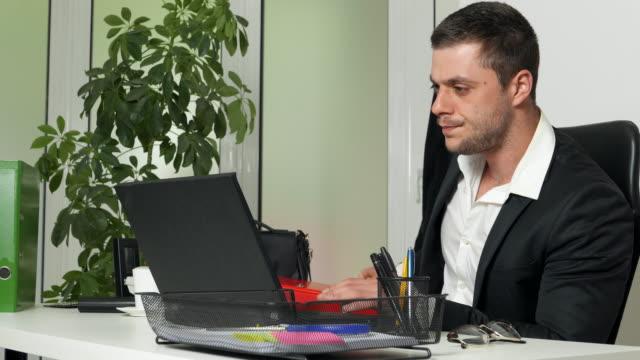 vídeos y material grabado en eventos de stock de día de trabajo en la oficina - adversidad