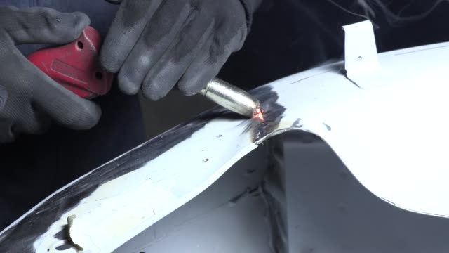 vídeos de stock e filmes b-roll de work in the body shop - indústria metalúrgica