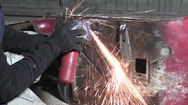 vídeos y material grabado en eventos de stock de trabajar en la tienda de cuerpo - carrocería