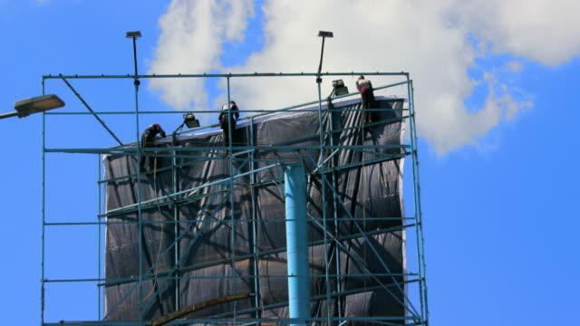 vídeos y material grabado en eventos de stock de work men installing billboard nairobi, kenya, africa - instalar