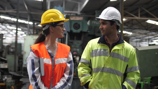 zusammenarbeit und zusammenarbeit im werk - maschinenbau stock-videos und b-roll-filmmaterial
