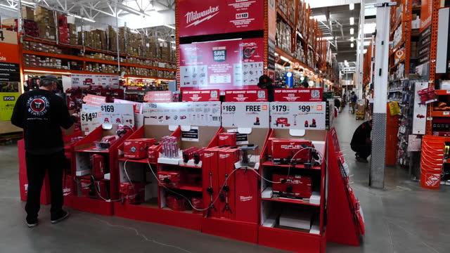 work tools aisle at home depot store in pleasanton, california, u.s., on monday, february 22, 2021. - catena di negozi video stock e b–roll