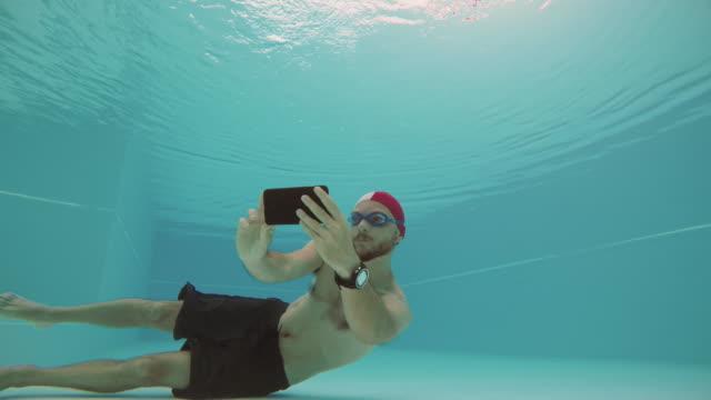 vídeos de stock e filmes b-roll de workaholic man selfie with mobile phone underwater - homens pelados