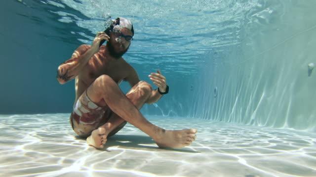 vídeos de stock, filmes e b-roll de homem de workaholic que usa o telefone móvel subaquático - prendendo a respiração