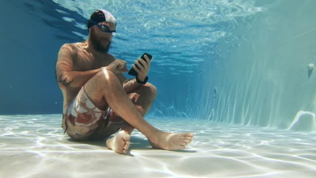 Workaholic Mann mit Handy unter Wasser