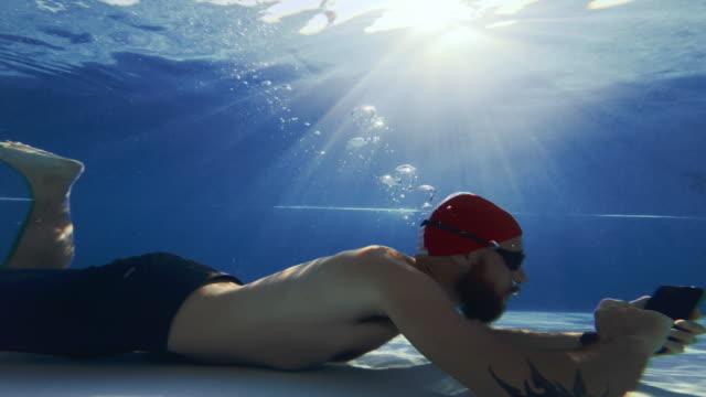 水中で携帯電話を使用して仕事中毒の男 - 依存点の映像素材/bロール