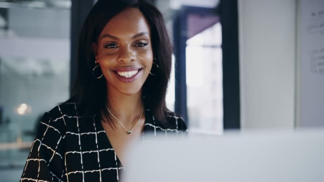 vídeos de stock, filmes e b-roll de eu trabalhei para o meu sucesso - mulher de negócios