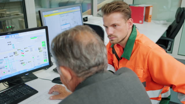 廃棄物管理管理室の作業者とマネージャー - 権力点の映像素材/bロール
