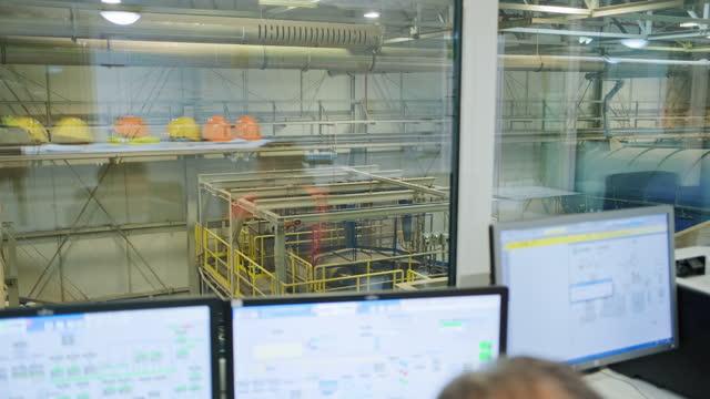 廃棄物管理管理室の作業者とマネージャー - 廃棄物処理点の映像素材/bロール
