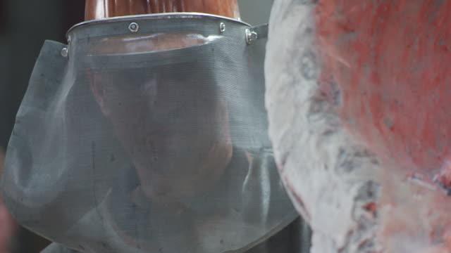 worker at grassmayr - fließbandarbeiter stock-videos und b-roll-filmmaterial