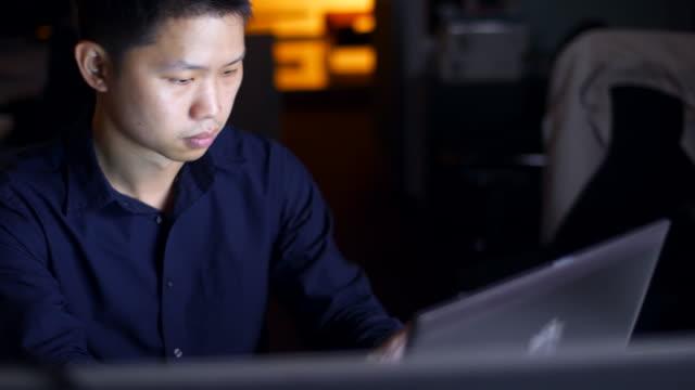 オフィスでの it 労働者 - 残業点の映像素材/bロール