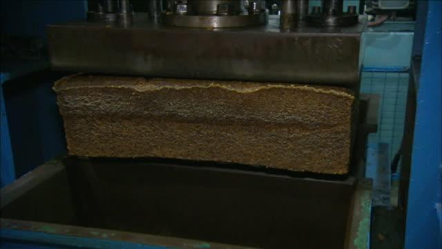 a worker bags compressed rubber. - ホッチキス点の映像素材/bロール