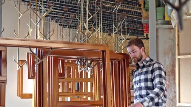 木製窓の作業者確認品質 - タータンチェック点の映像素材/bロール