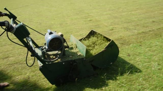 vidéos et rushes de worker cutting grass - pelouse