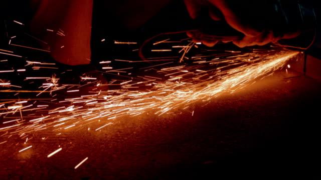 Arbetare skära metall balk med vinkelslip