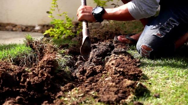自宅の建設現場でインストール パイプラインのワーカー掘りトレンチ。 - digging点の映像素材/bロール