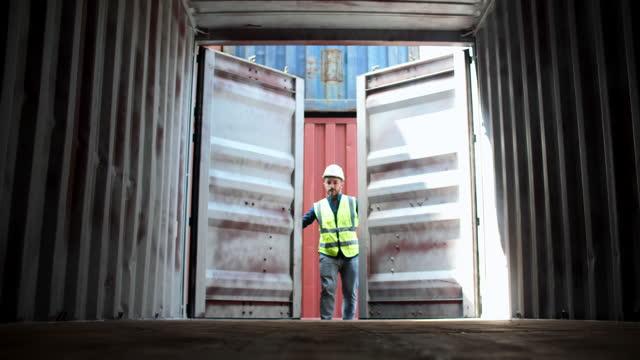 arbeiter docker offene containerladung für die überprüfung produkt logistics cargo shipping, container freight transportation - box container stock-videos und b-roll-filmmaterial
