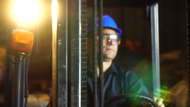 stockvideo's en b-roll-footage met werknemer een heftruck rijden in magazijn - productielijn werker