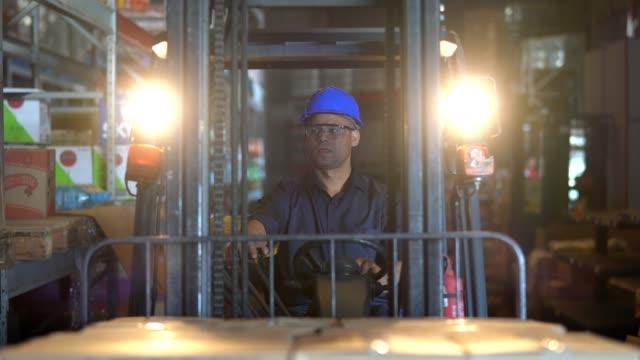 fahren eines gabelstaplers im warehouse worker - hubwagen stock-videos und b-roll-filmmaterial