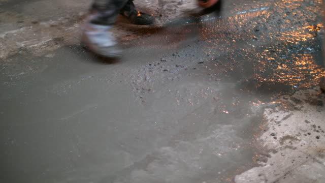 Werknemer afwerking van NAT beton oppervlak op de verdieping