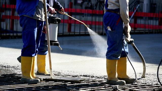 operaio freshing pavimento di cemento - membrana video stock e b–roll