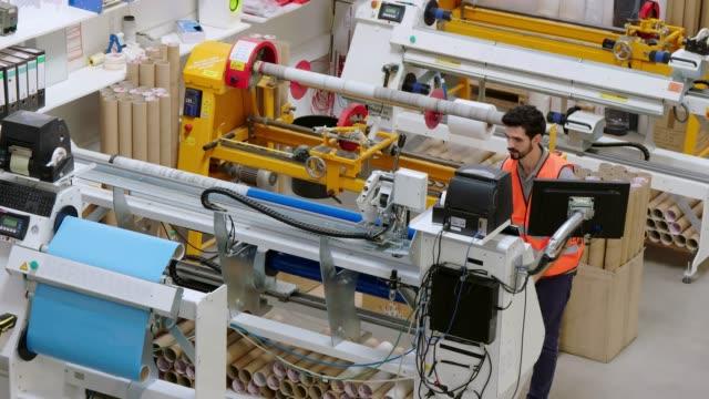 arbetaren får produktionen att gå - tyskland bildbanksvideor och videomaterial från bakom kulisserna