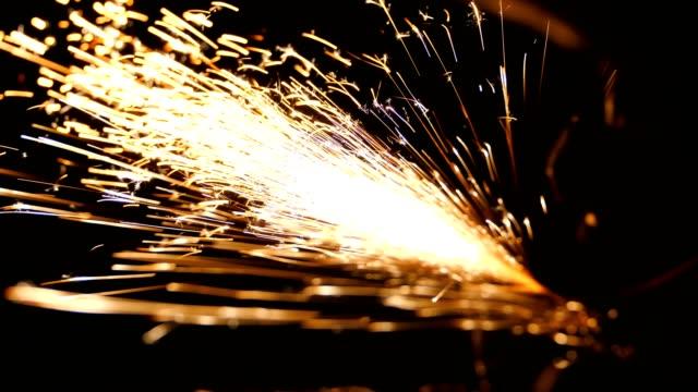 vídeos de stock, filmes e b-roll de peças de construção metal moagem trabalhador - afiado