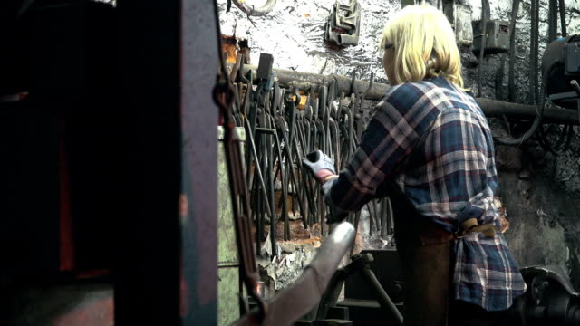 vídeos de stock e filmes b-roll de worker hanging tong - genderblend