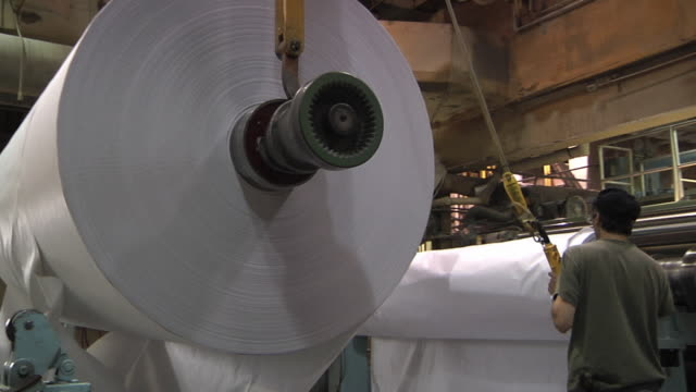 ms pan worker hoisting paper roll in paper mill / manistique, michigan, usa - hoisting stock videos & royalty-free footage