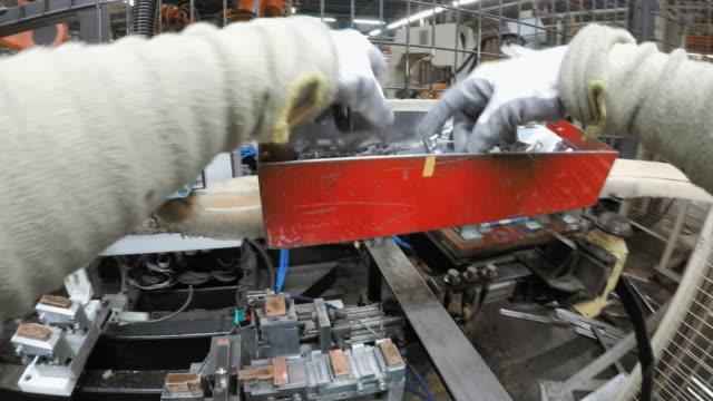 vidéos et rushes de pov ouvrier dans une usine de préparation de plaques de métal pour les robots à assembler - slovénie